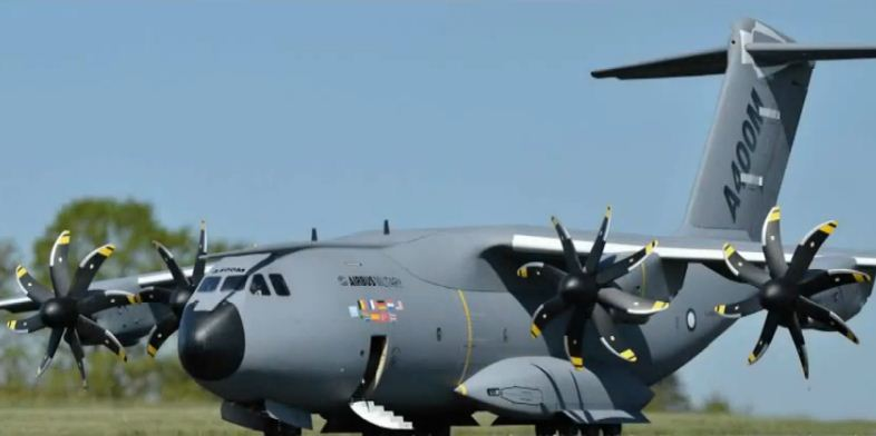 GIANT Electric Airbus A400M, with parachutists!