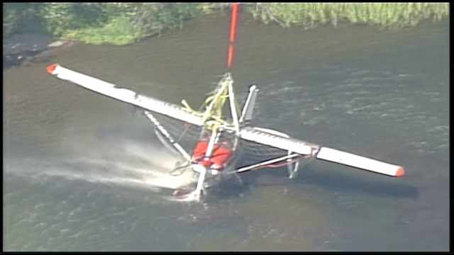 Helicopter Recovers Cessna from Lake