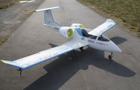 Airbus E-Fan Makes First Public Flight